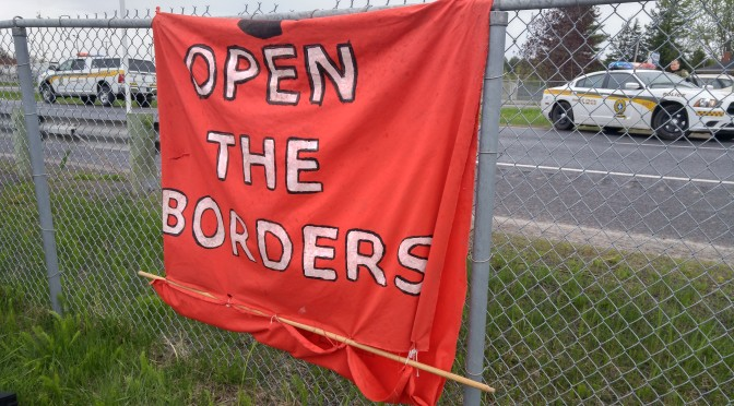 Que la police facilite la vie aux SA et à leurs acolytes « identitaires » en escortant leur cortège de manière à leur permettre de contourner le barrage d'antiracistes qui s'était formé entre la sortie de l'autoroute et le camp de demandeurs d'asile, ce n'est pas anodin.